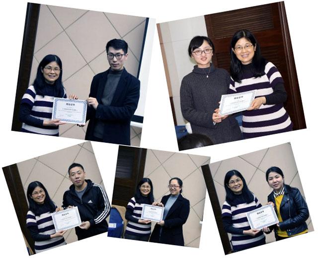 参训学员领取谢月英老师签发的结业证书.jpg