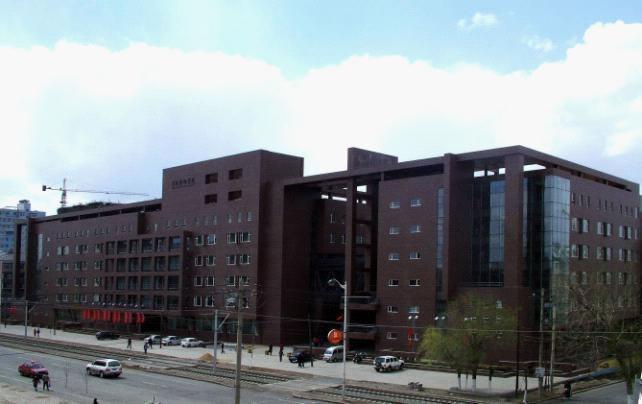 吉林艺术学院萌生于1946年创办的东北大学鲁迅文艺学院。1948年东北大学成立音乐科,后东北大学更名为东北师范大学,音乐科改为音乐系。1958年在东北师范大学音乐系基础上,组建吉林艺术专科学校。此后,陆续合并了吉林省文化干部学校、吉林省艺术学校、吉林省歌舞剧院附设的音乐舞蹈学校、吉林市艺术学校、长春电影制片厂附属长春电影学院等五所各具特色的艺术院校,形成了培养多种艺术人才的综合性办学格局。1978年升格为大学,改称吉林艺术学院。2000年吉林省戏曲学校并入吉林艺术学院。学院身处长春市得天独厚的城市中心