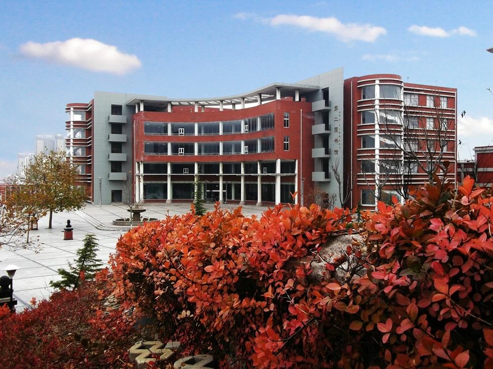 学校简介   青岛滨海学院始建于1992年,2005年升格为山东省首批民办本科高校,2009年具备学士学位授予权。学校设立文理基础学院、大专文理基础学院、商学院、信息工程学院、机电工程学院、外国语学院、国际合作学院、建筑工程学院、酒店管理学院、教育学部、医学院、艺术传媒学院和思想政治理论课教学科研部等教学单位。共开设40个本科专业、29个专科专业,涵盖文、理、工、管、经、艺、医、教育等学科门类。现有全日制在校生17000余人,其中外籍留学生100余人。   学校是建国后山东省首所民办高校,秉承以兴教育